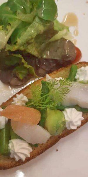 tartine asperges vertes billes d'avocat fletan marin creme montee et agrumes